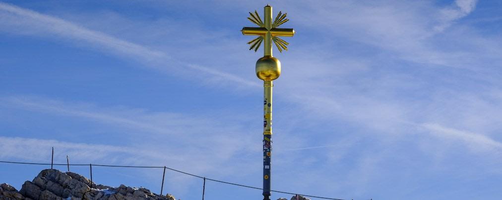 Plastik auf Blattgold: Sticker-Flut am Zugspitz-Gipfelkreuz