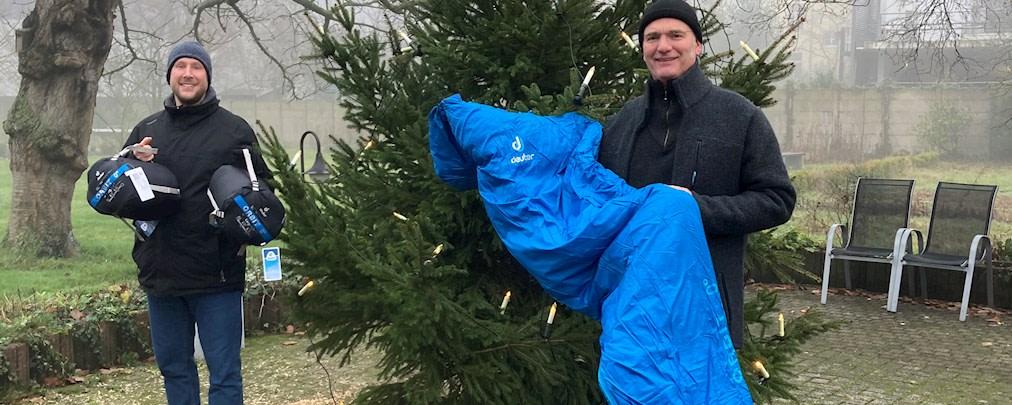 Deuter spendet Schlafsäcke an Obdachlose