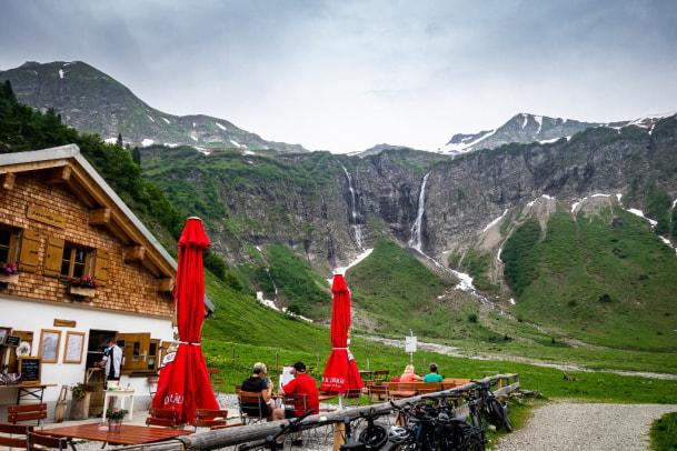 Die Käseralpe mit ihren Wasserfällen, die im Winter die Eiskletterer anziehen.