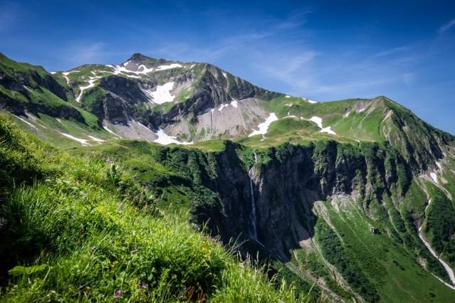 Der mächtige Wasserfall unterhalb des Eissees. Im Hintergrund das Rauheck.