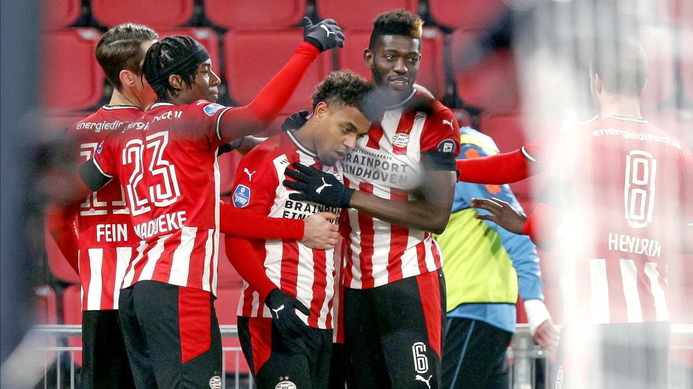 PSV-Joker Malen (Mi.) schießt die PSV per Elfmeternachschuss zum Sieg über Sparta Rotterdam.