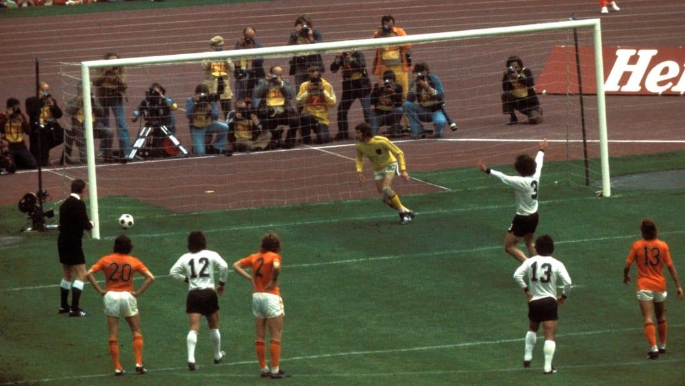 Paul Breitner (nr. 3) juichte al toen de bal er nog niet was: topscorer in de WK-finale van 1974.
