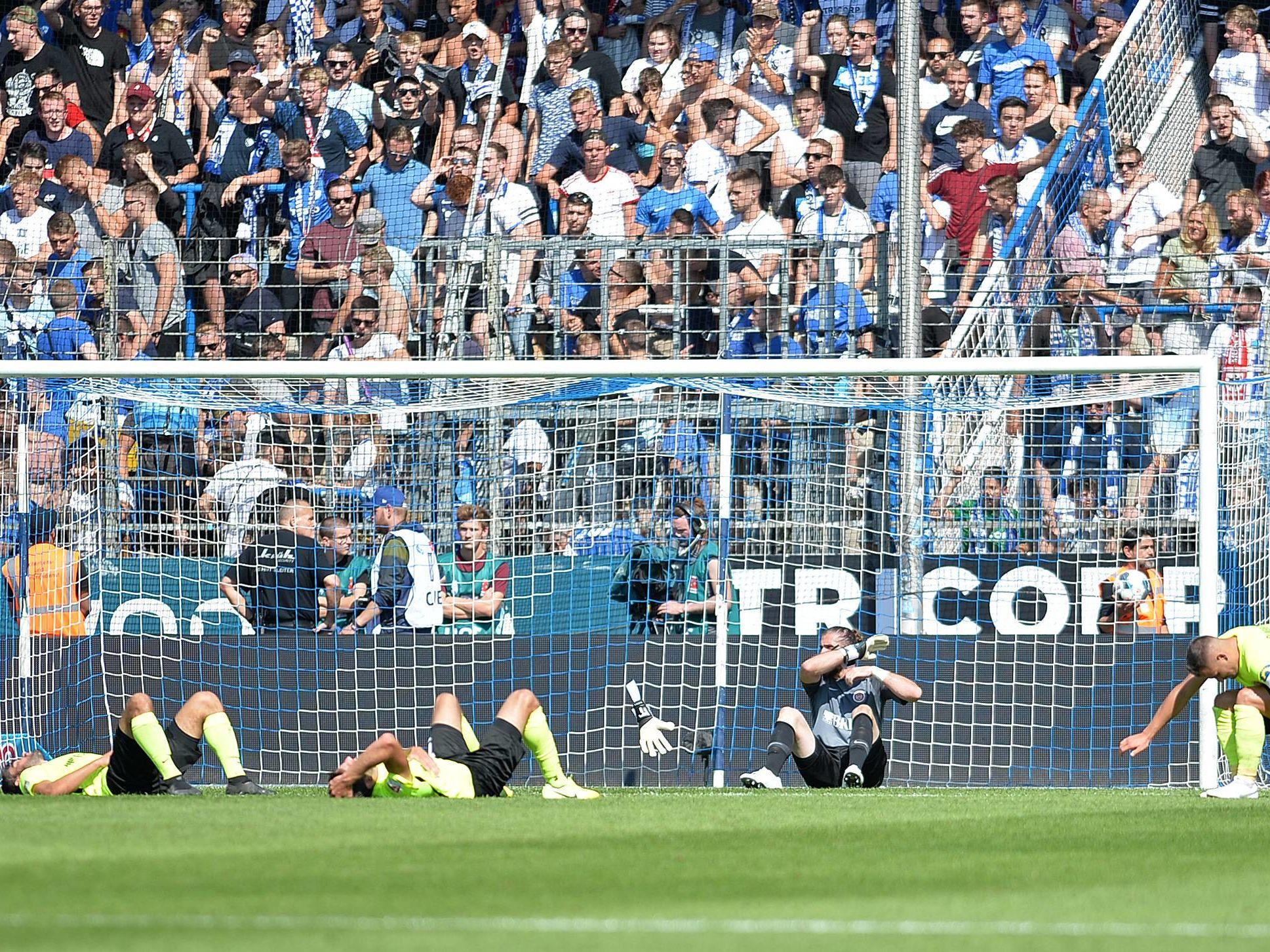 Mächtig bedient: Wiesbadens Spieler nach dem 3:3 in Bochum.