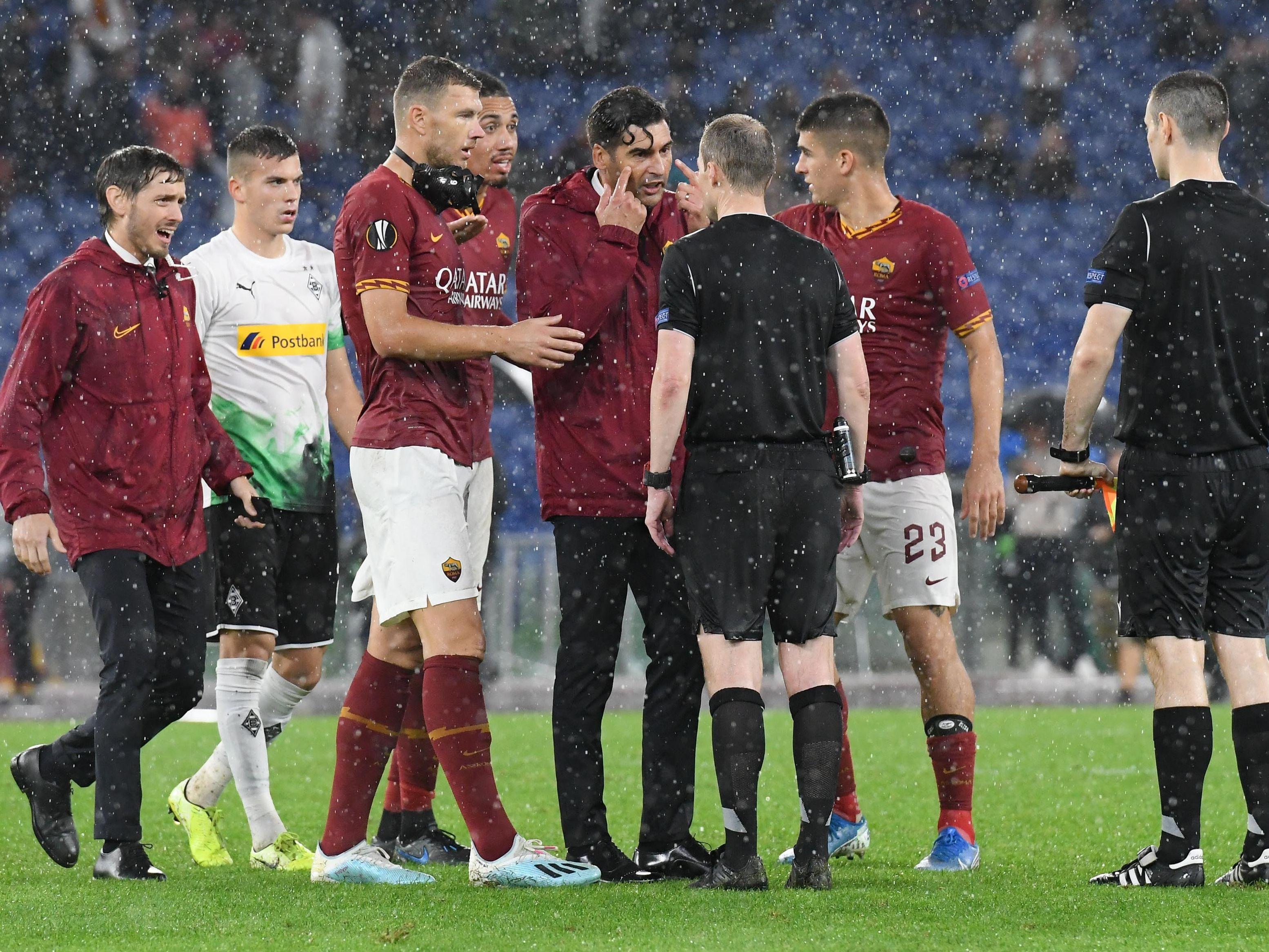 Edin Dzeko und Trainer Paulo Fonseca diskutieren mit Referee William Collum.
