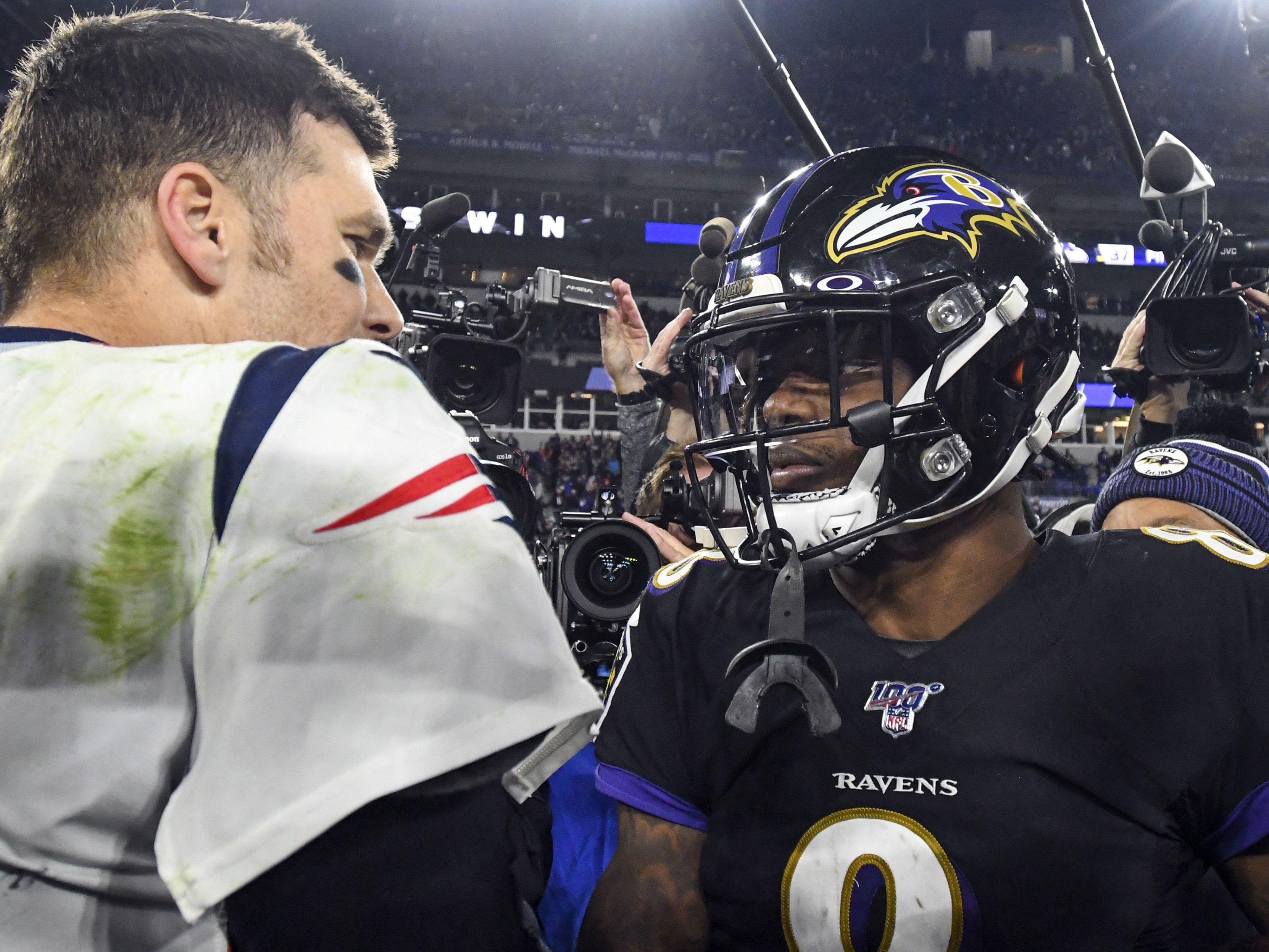 Tom Brady (links) und Lamar Jackson schütteln sich nach dem Spiel die Hände.