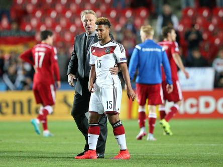 Hinterließ beim DFB tiefe Spuren: Horst Hrubesch, hier nach eine U-21-Länderspiel 2015 gemeinsam mit Serge Gnabry (vorne).