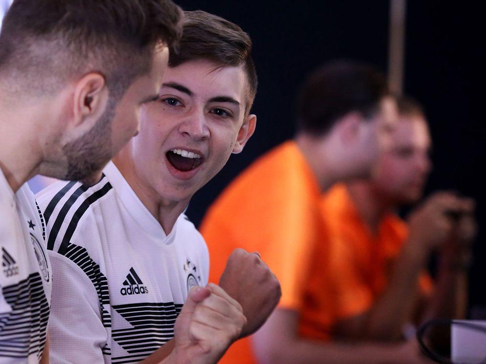 Freude bei Deutschland nach dem 4:1-Erfolg: Für den Niederländer Dani 'Ajax Dani' Hagebeuk war dagegen die Spielwahl ein großes Problem beim eFriendly.
