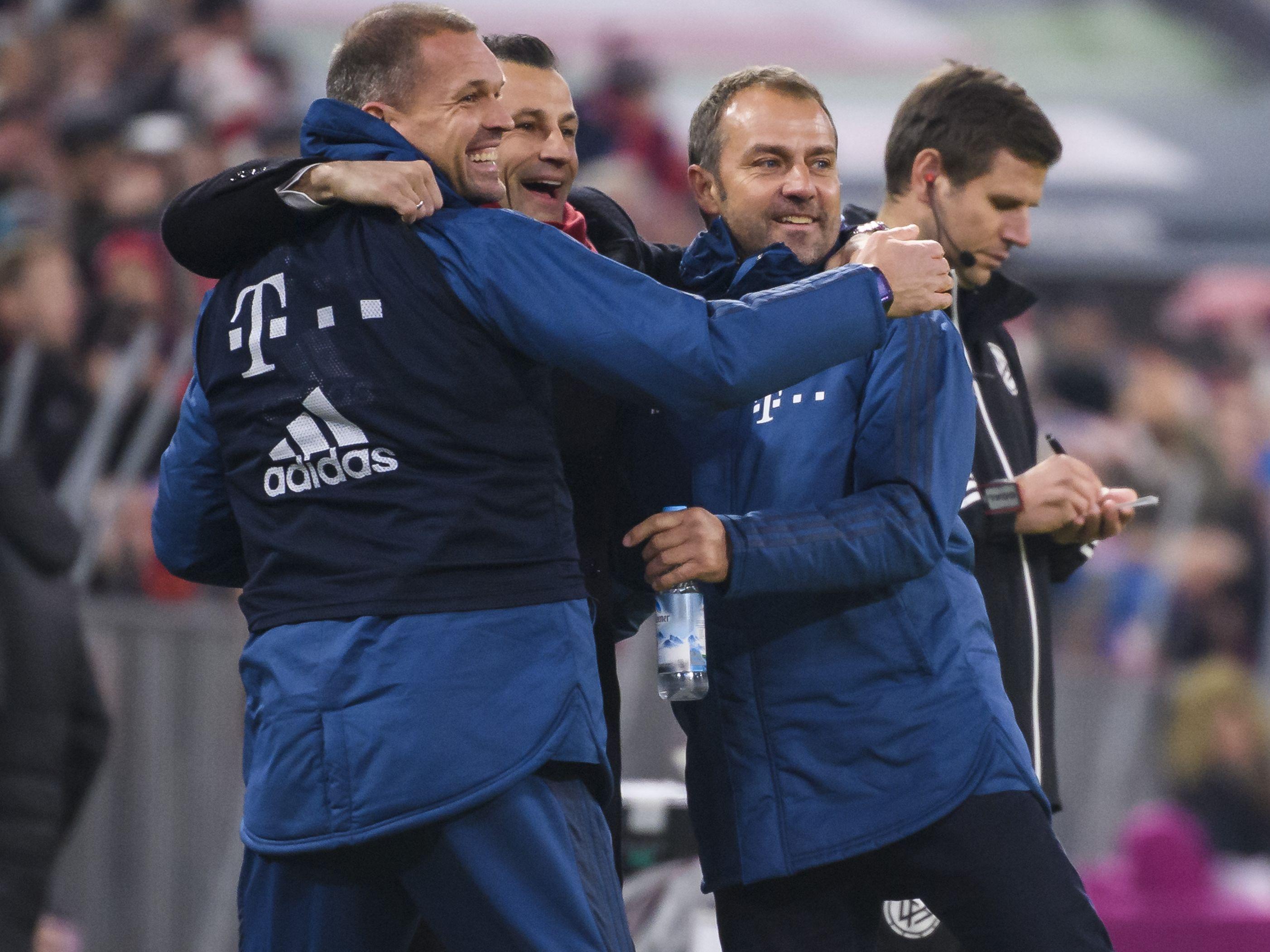 Hansi Flick ist und bleibt voerst Trainer des FC Bayern München.