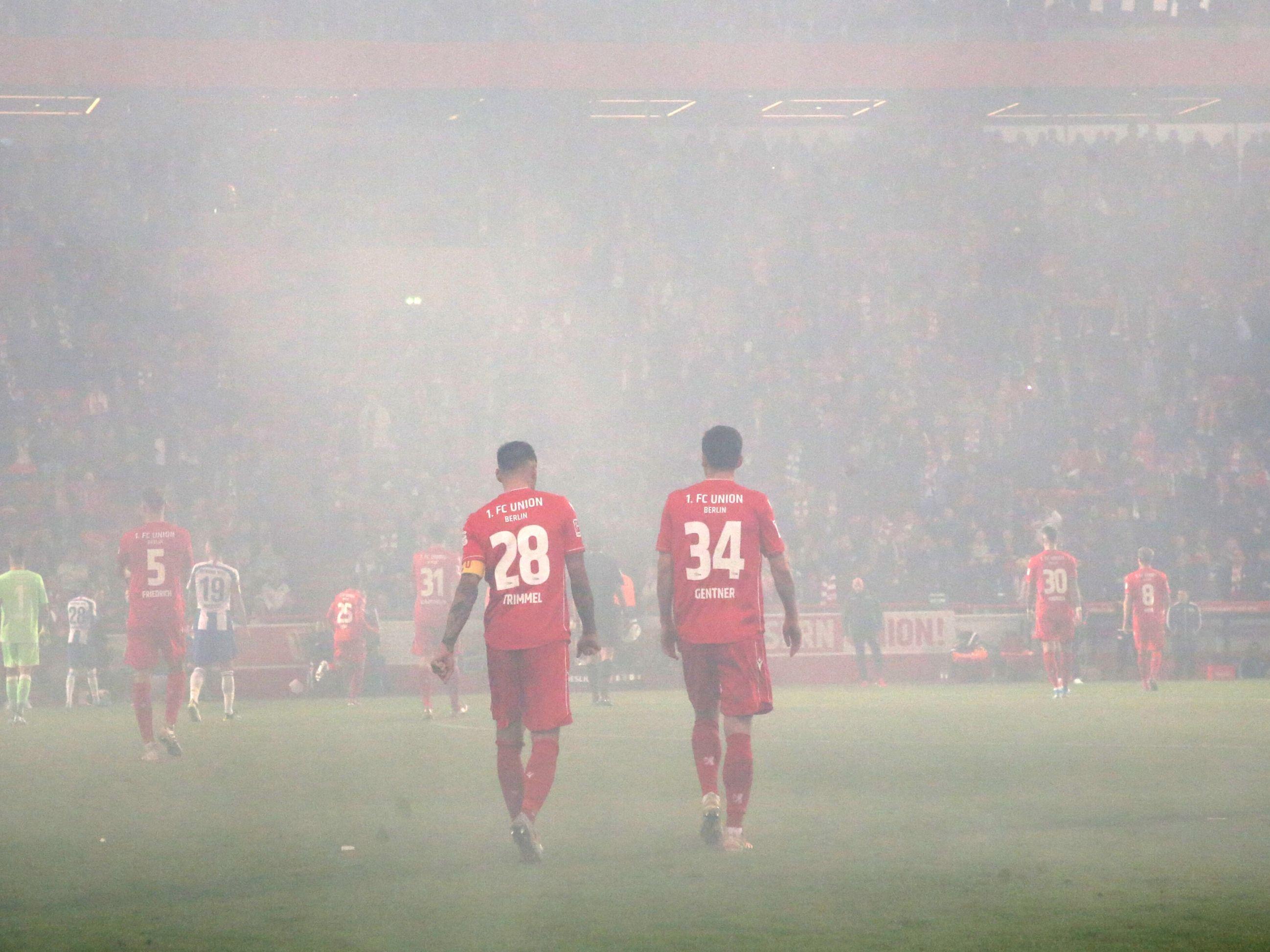 Rauchschwaden in Berlin: Christopher Trimmel und Christian Gentner (r.) während der Spielunterbrechung.