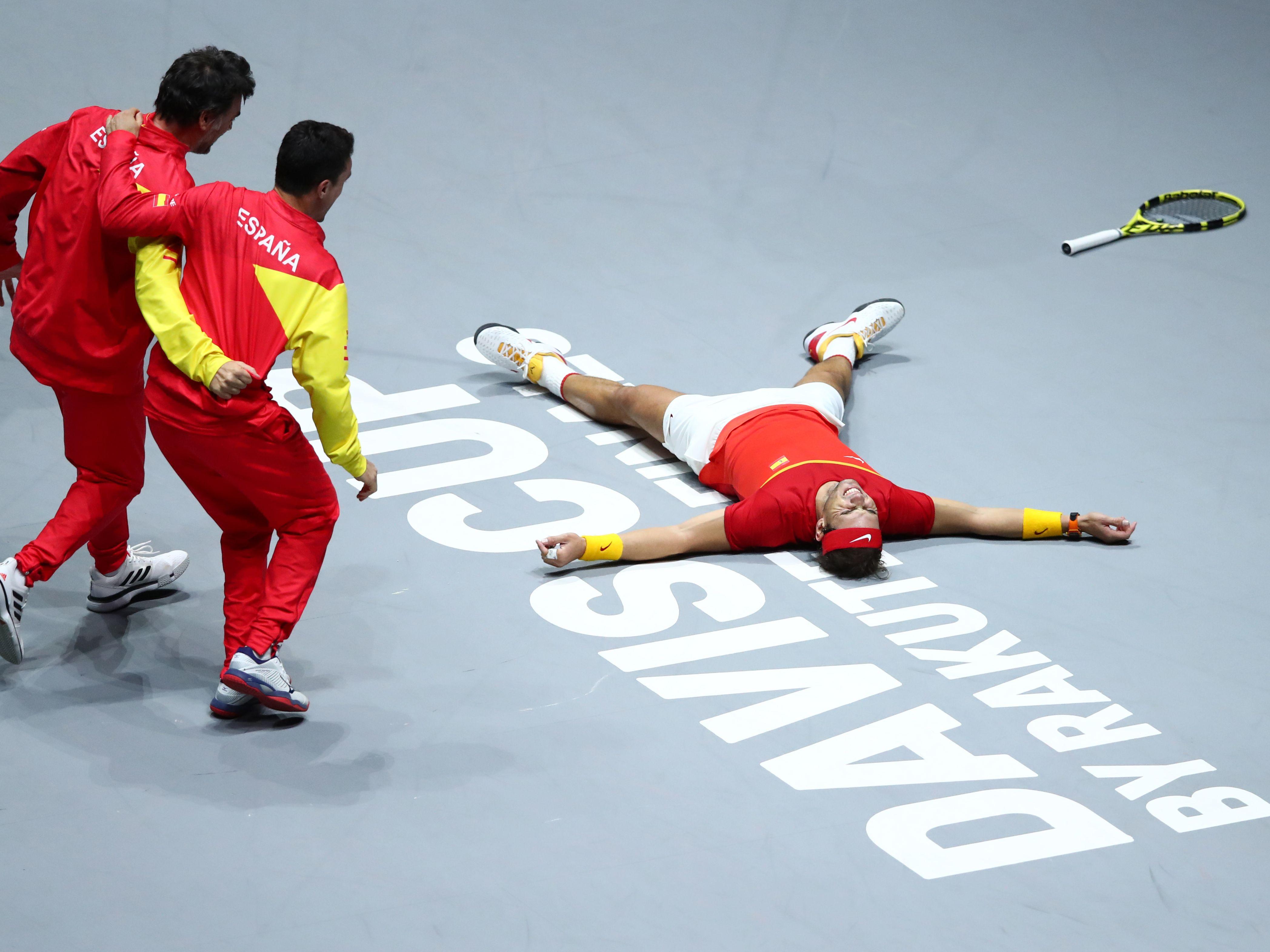 Den dritten Matchball verwandelt: Rafael Nadal jubelnd am Boden.