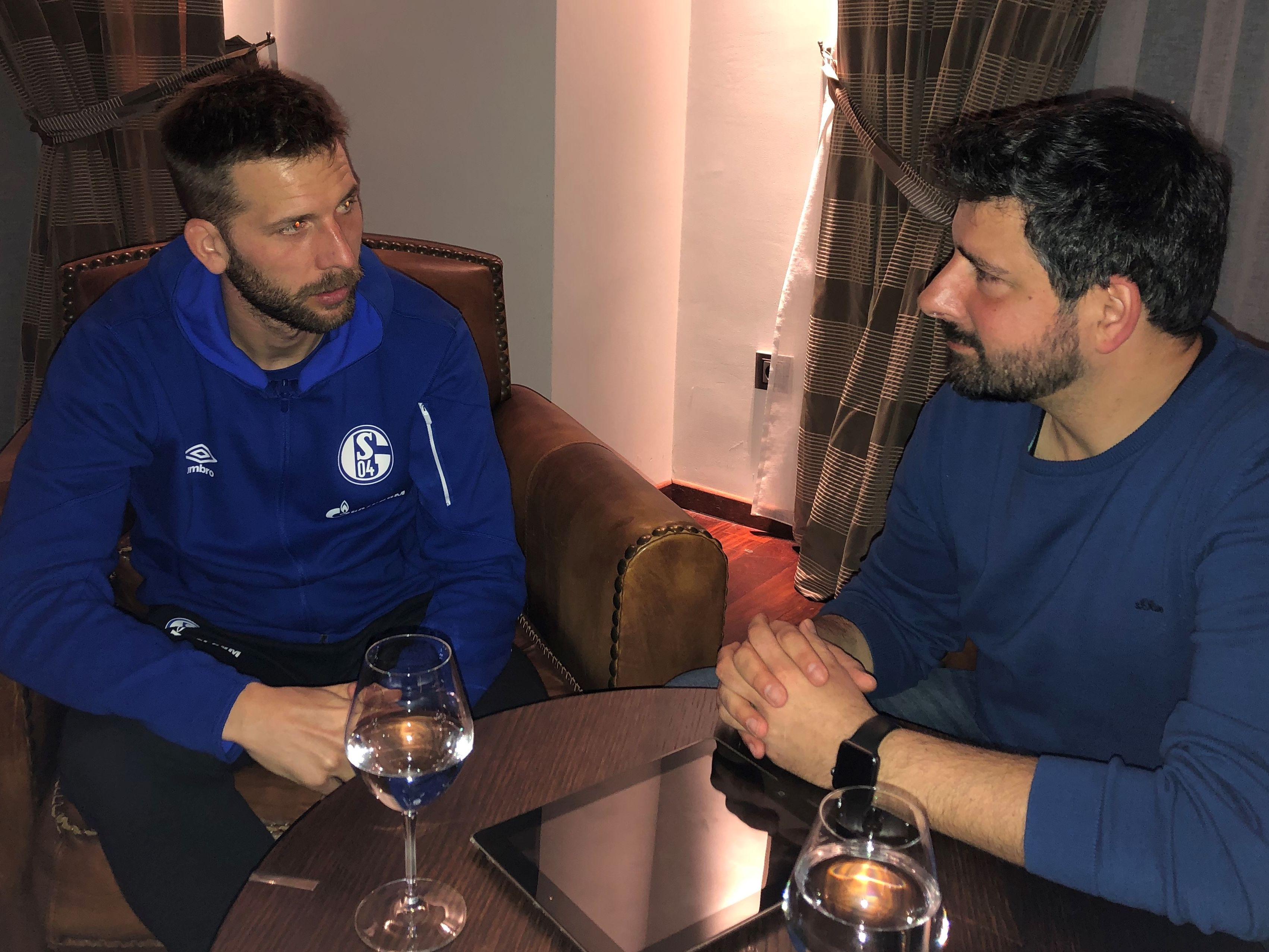 Guido Burgstaller und kicker-Reporter Toni Lieto