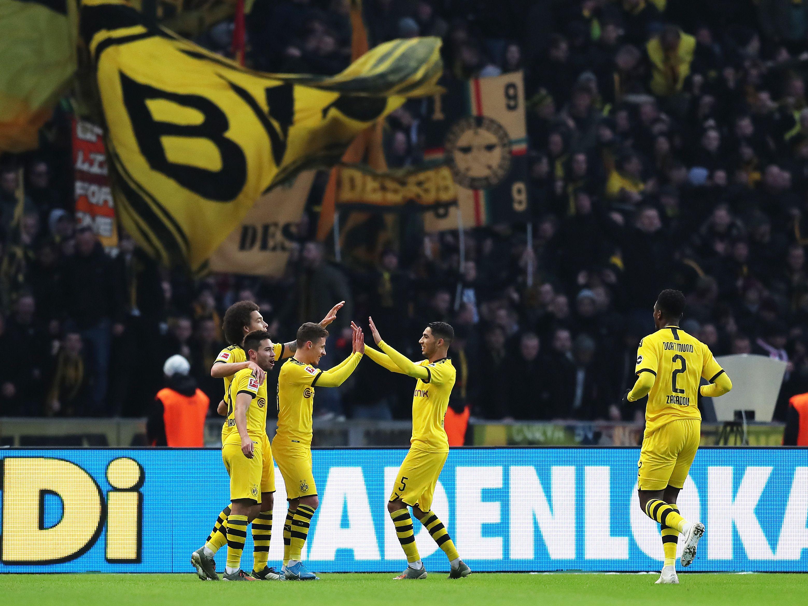 Schwarz-Gelbe-Freude: Dortmunder beim Torjubel.
