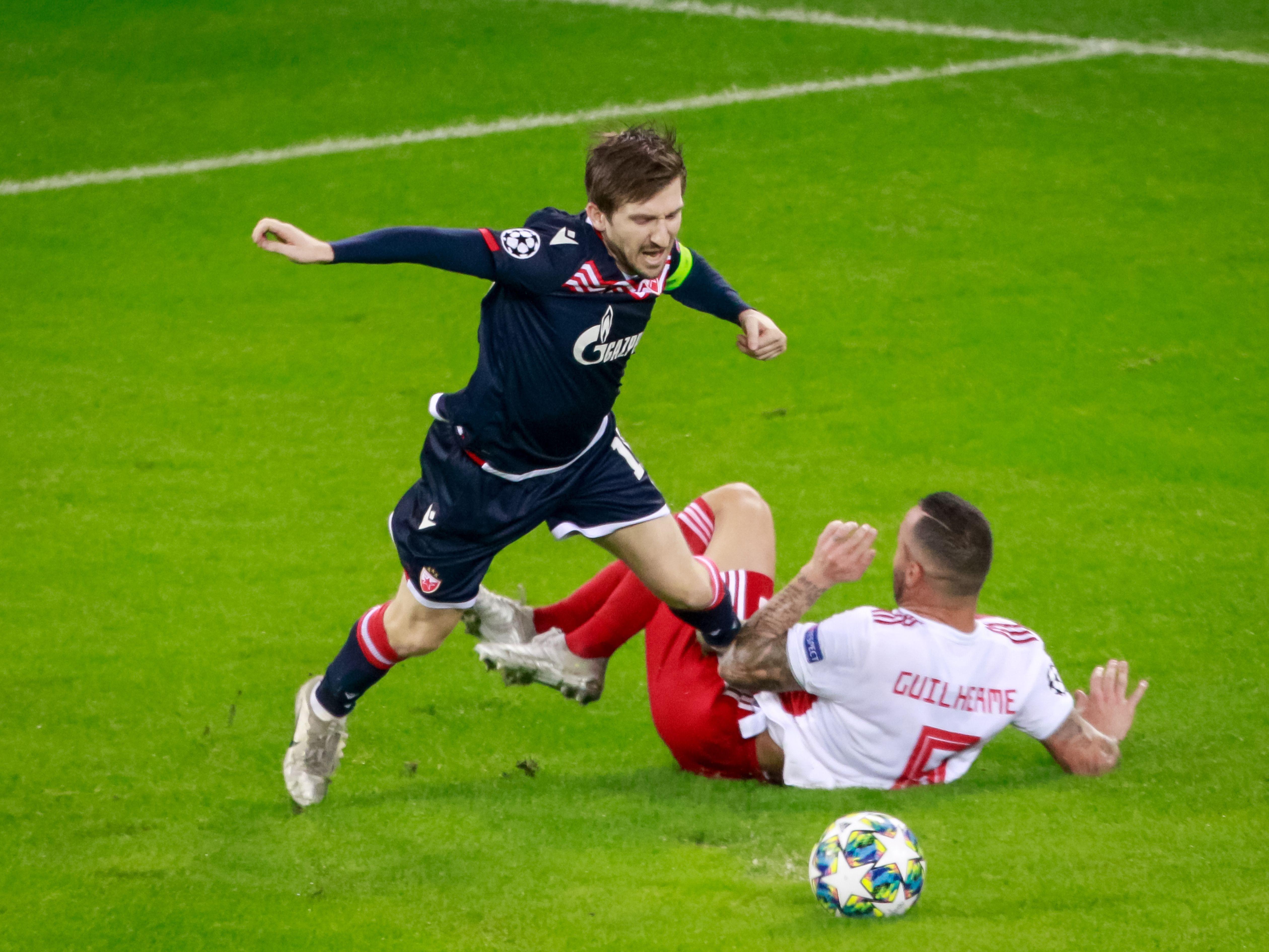 mit harten Bandagen: Belgrads Marko Marin (l.) wird von Guilherme gefoult, den folgenden Elfmeter verschoss Tomané (nicht im Bild).