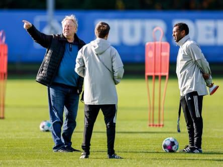 Weiß noch immer, wo es langgeht: Horst Hrubesch (li.), hier im Gespräch mit Co-Trainer Hannes Drews und HSV-Coach Daniel Thioune (r.).