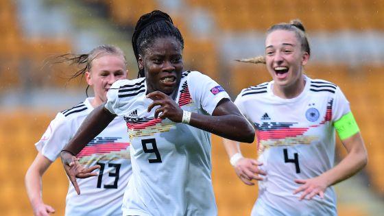 Freudenlauf: Laura Donhauser, Nicole Anyomi und Sophia Kleinherne freuen sich über das zwischenzeitliche 1:0.