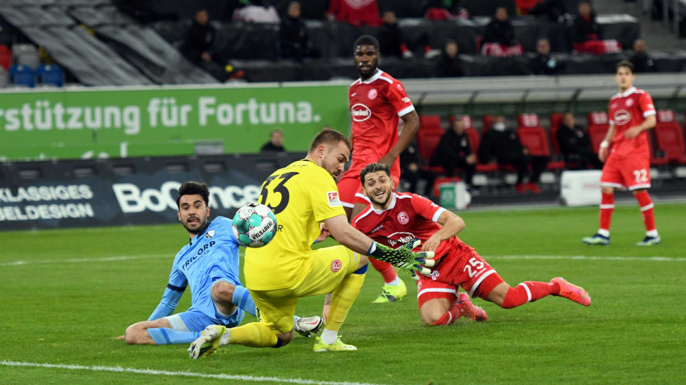 El segundo gol de Bochum: Gerrit Holtmann (en azul) anota para VfL.