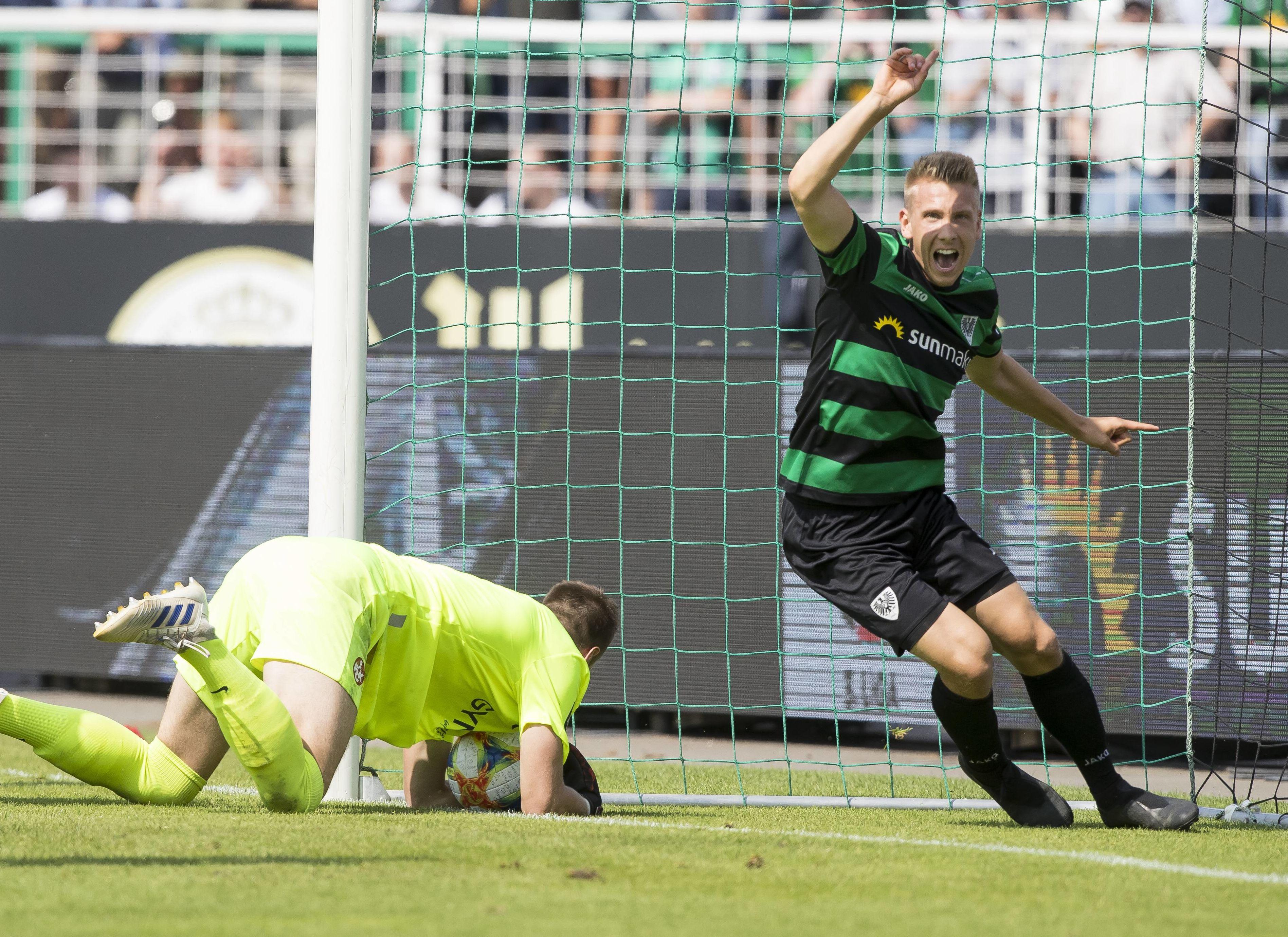 FCK-Keeper Lennart Grill unterläuft ein kurioses Eigentor, Nico Brandenburger jubelt über Münsters Siegtreffer.