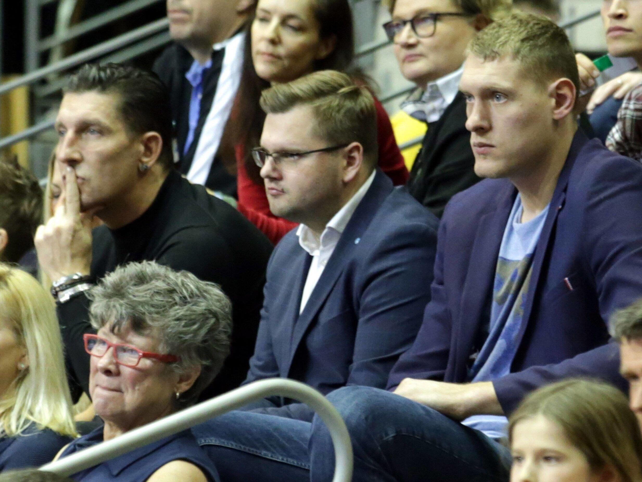 Stefan Kretschmar (li.) verfolgt das Spiel zusammen mit Neuzugang Dainis Kristopans (re.) von der Tribüne aus.
