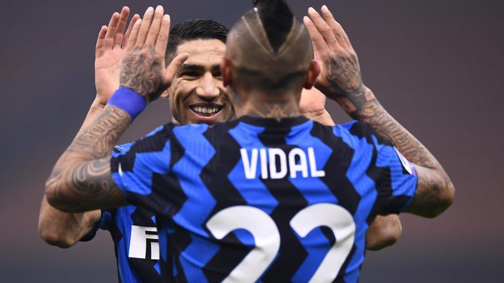 Beifall und Abklatschen: Achraf Hakimi gratuliert Arturo Vidal zu seinem 1:0 für Inter gegen Ex-Klub Juventus.