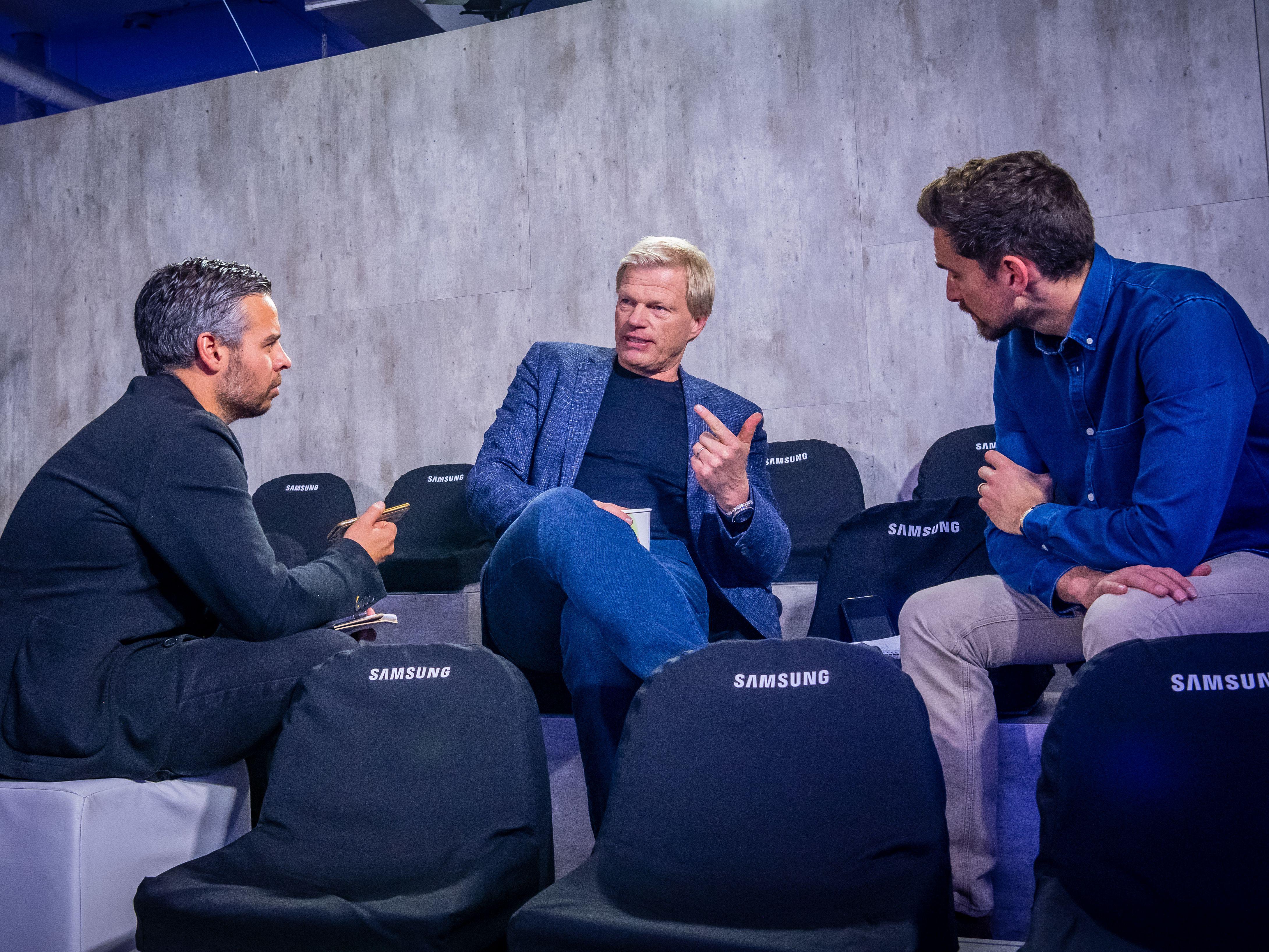 Oliver Kahn im Gespräch mit den kicker-Reportern Benni Hofmann (l.) und Carsten Schröter-Lorenz