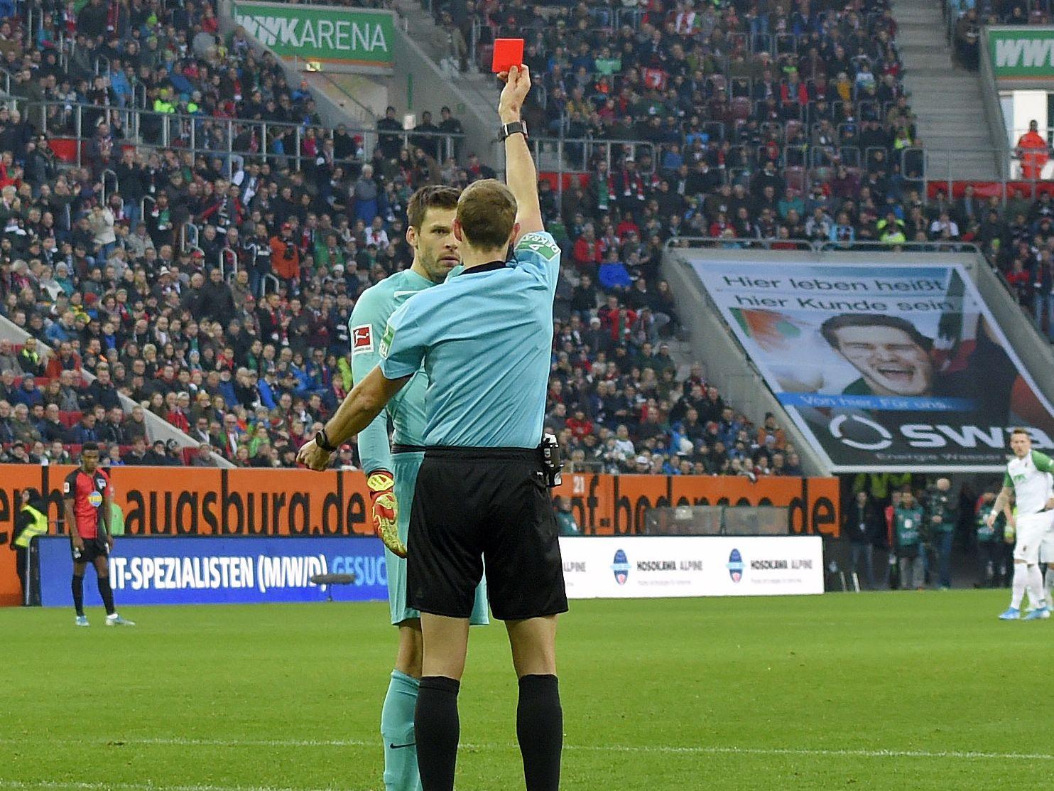 Foul mit Folgen: Schiedsrichter Sascha Stegemann zeigt Rune Jarstein die Rote Karte.