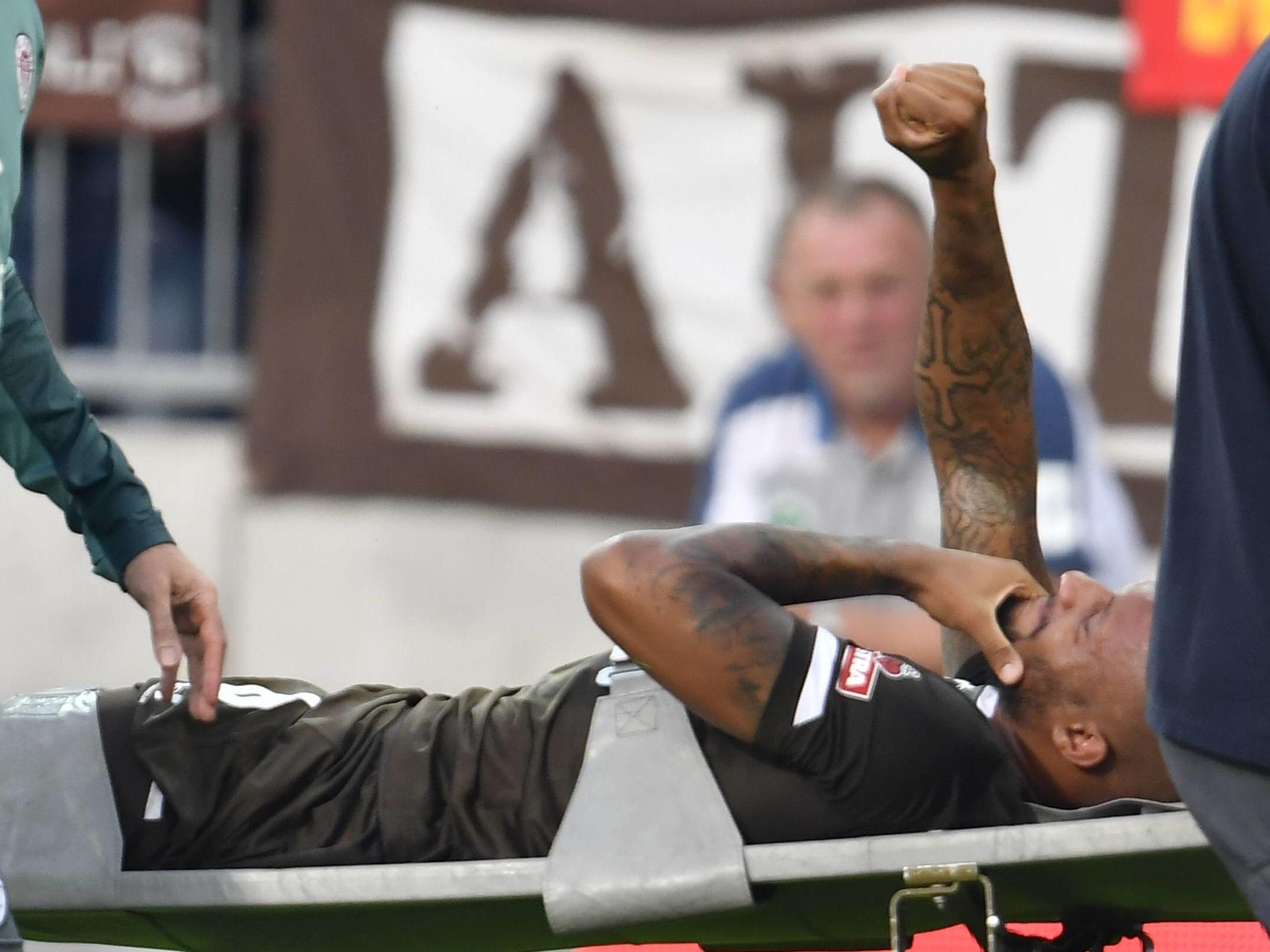 Bedankte sich für den Applaus: St. Paulis Christopher Avevor musste verletzt ausgewechselt werden.