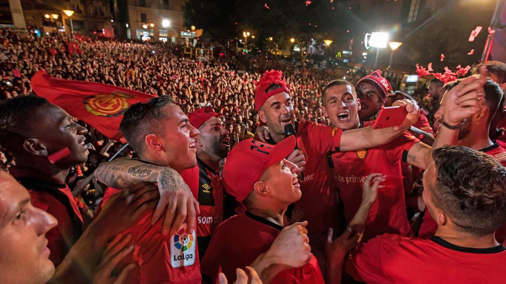 Als die Korken knallten: Mallorcas Spieler feiern Ende Juni den aufstieg in La Liga.
