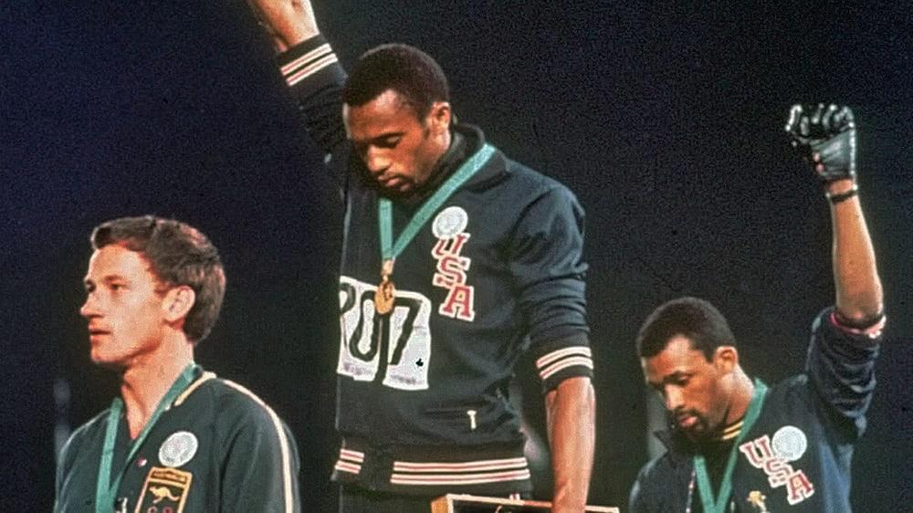Eines der berühmtesten Bilder der olympischen Geschichte: Tommie Smith (Mi.) und John Carlos (re.) protestieren mit erhobener Faust gegen Rassismus.