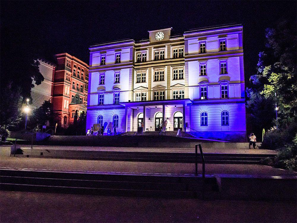 Haus 1 der Hochschule sieht urig aus. Hier angestrahlt für ein Event. Nichtsdestotrotz beherbergt die HS modernste Technik.