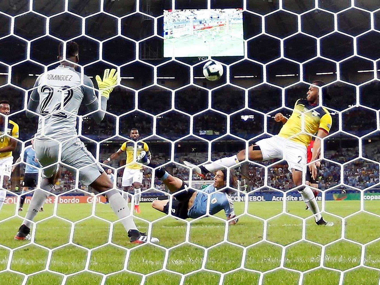 Akrobatisch: Uruguay-Stürmer Cavani besorgte schon in Durchgang eins die Vorentscheidung.