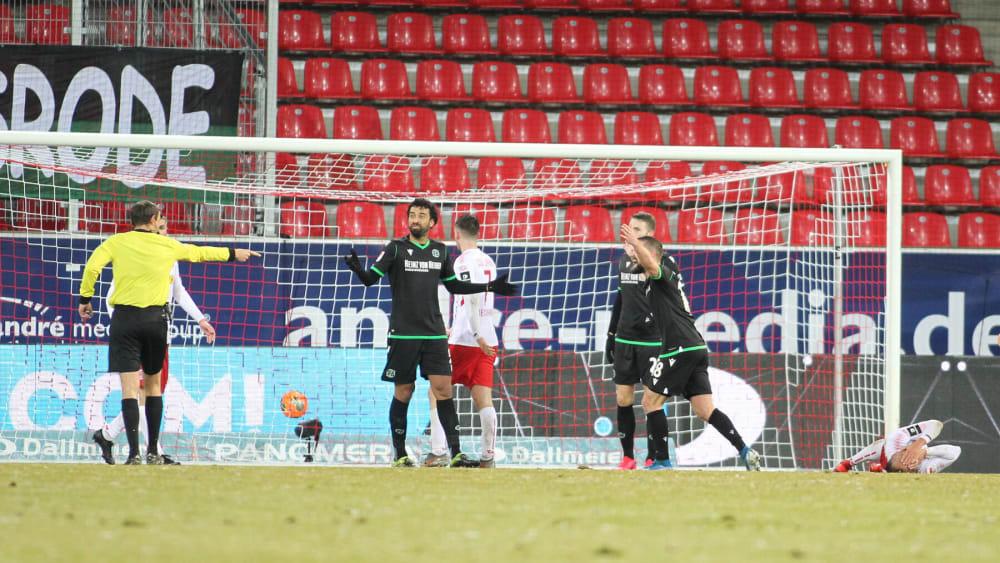 Schiedsrichter Patrick Alt (links) entscheidet auf Elfmeter für Jahn Regensburg.