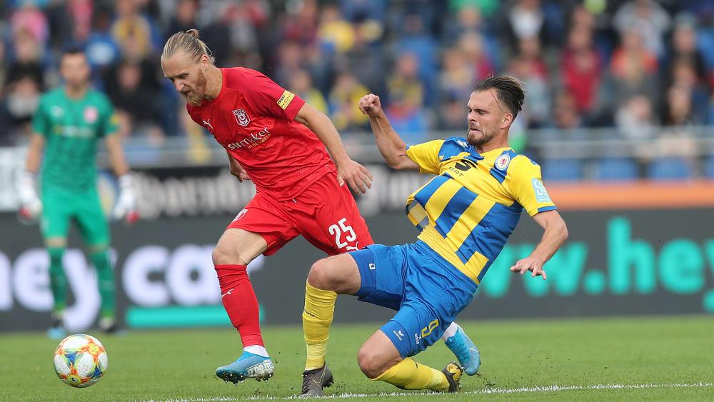 Jopek (l., Halle) gegen Ademi (Braunschweig)