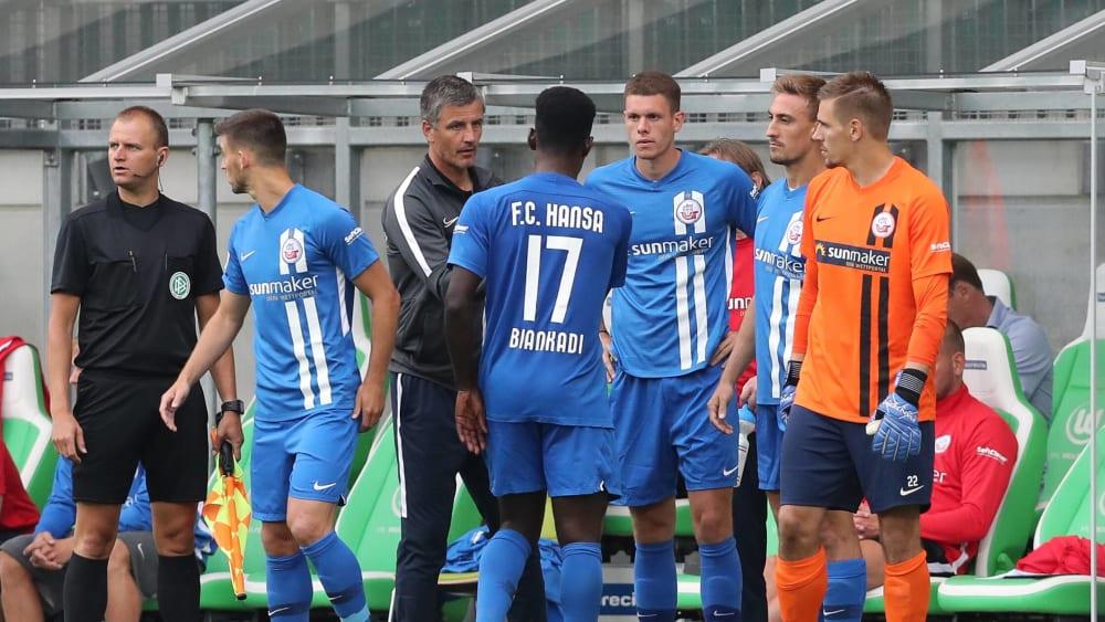 Dirigiert jede Menge neues Personal: Hansa-Trainer Jens Härtel (3.v.l.).