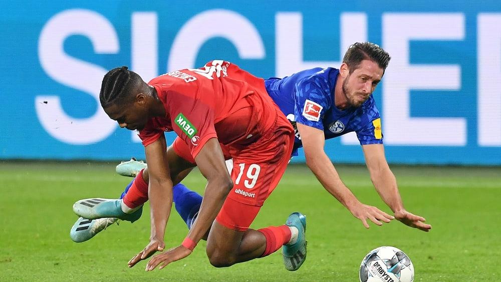 Noch nicht wieder richtig in Tritt: Schalkes Mark Uth, hier hinten gegen Kölns Kingsley Ehizibue.