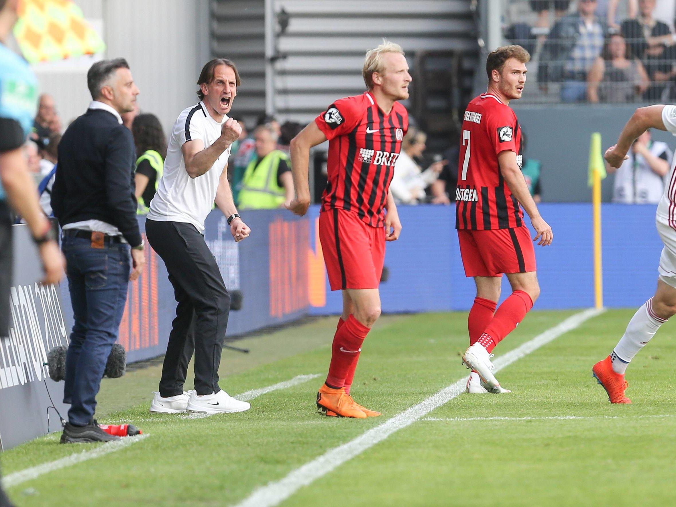 In der Relegation hatten Rüdiger Rehm (3.v.l.) und der SV Wehen Wiesbaden das bessere Ende für sich.
