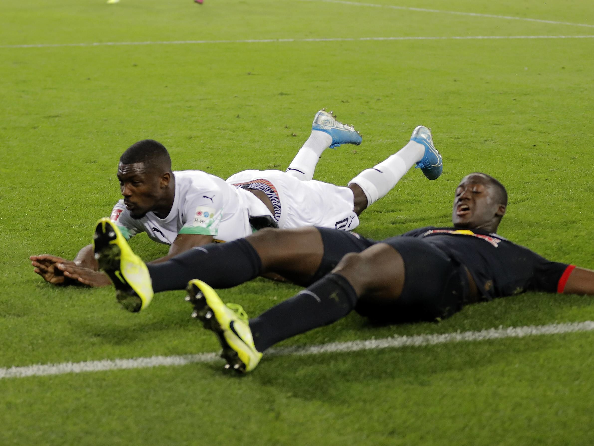 Viele Zweikämpfe: Marcus Thuram (li.) und Ibrahima Konaté kommen jeweils nicht an den Ball heran.