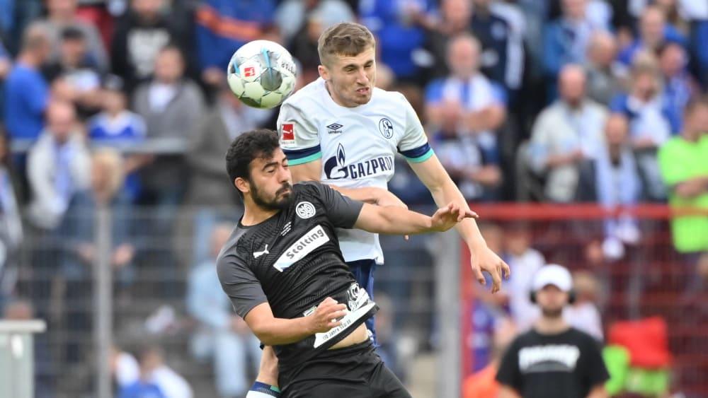 Gab sein Debüt: Schalkes neuer Außenverteidiger Jonjoe Kenny (oben) gegen Wattenscheids Guengoer Kaya.