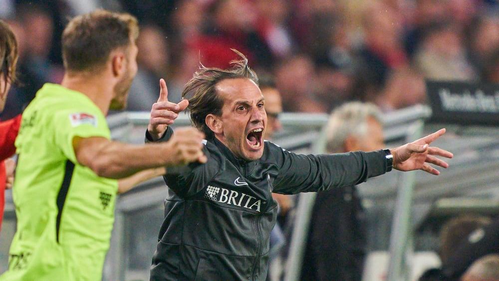Ekstase nach Abpfiff: Rüdiger Rehm und seine Wiesbadener feiern den 2:1-Auswärtssieg beim VfB Stuttgart.
