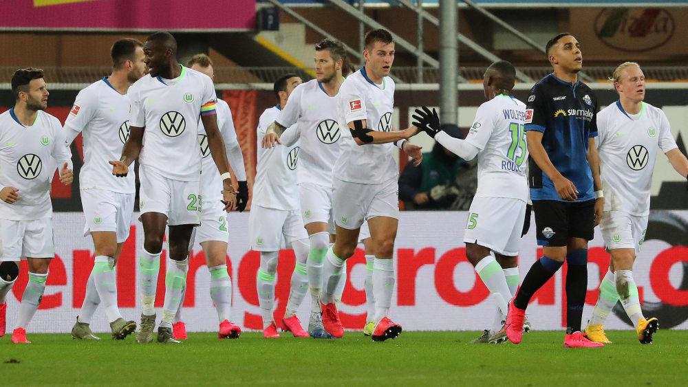 Die Wolfsburger bejubeln das zwischenzeitliche 1:1 beim SC Paderborn.