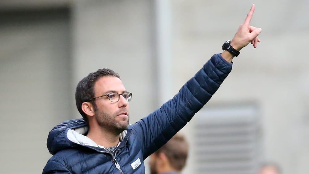 1. FC Kaiserslautern-Trainer Boris Schommers zeigt mit dem Finger nach oben.