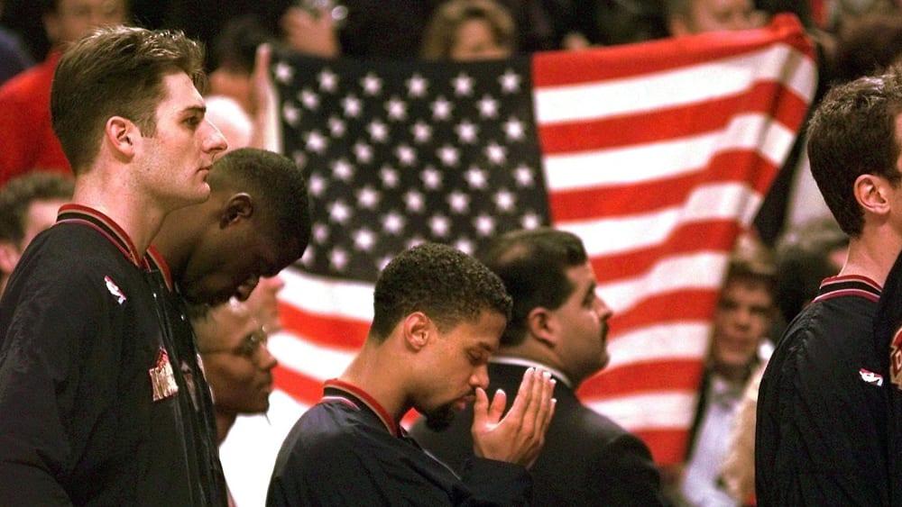 Ein Stoßgebet während der Hymne: Mahmoud Abdul-Rauf.