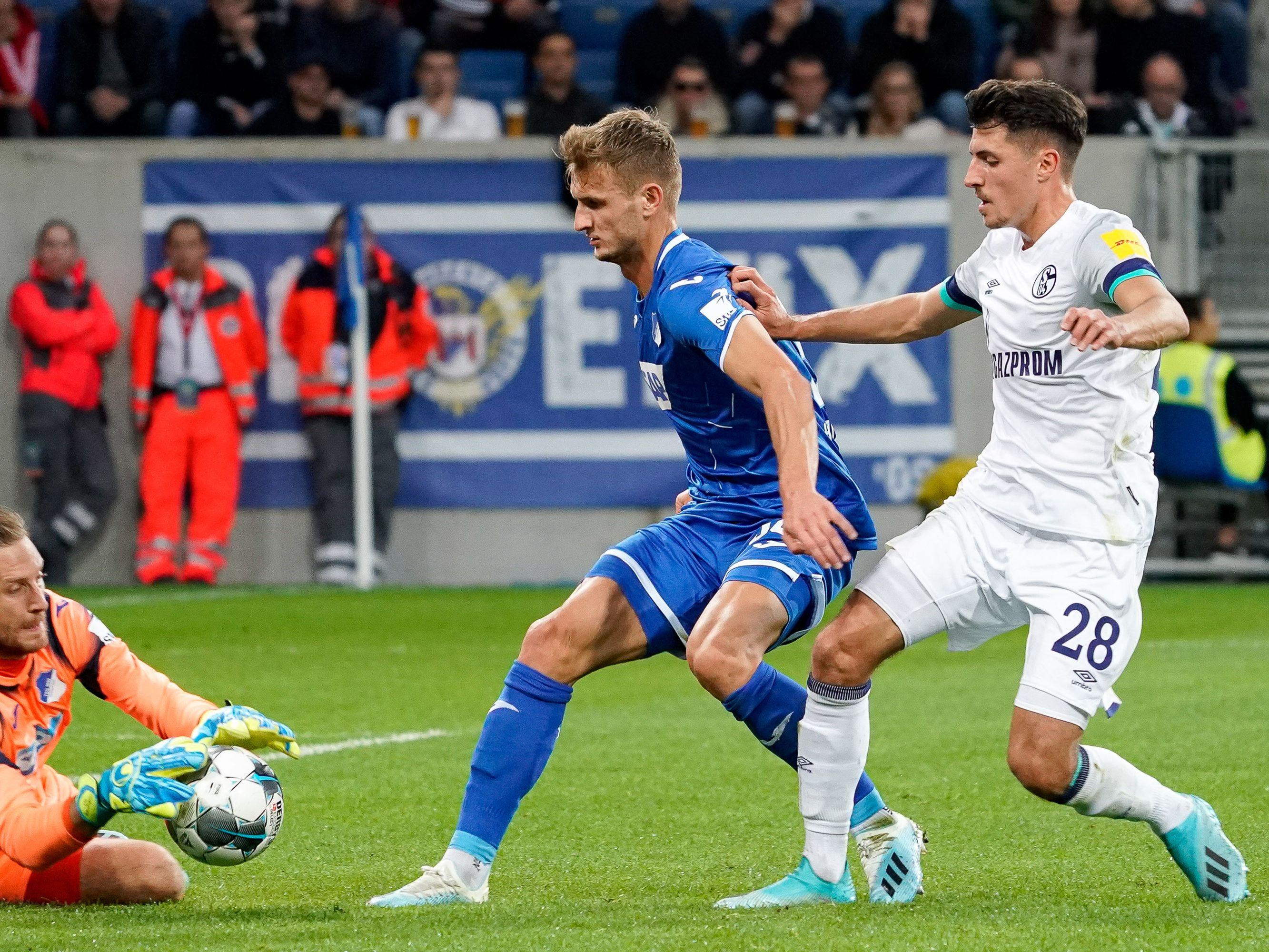 Immer wieder in Bedrängnis: Hoffenheims Keeper Oliver Baumann (li.) klärt vor Schalkes Alessandro Schöpf.