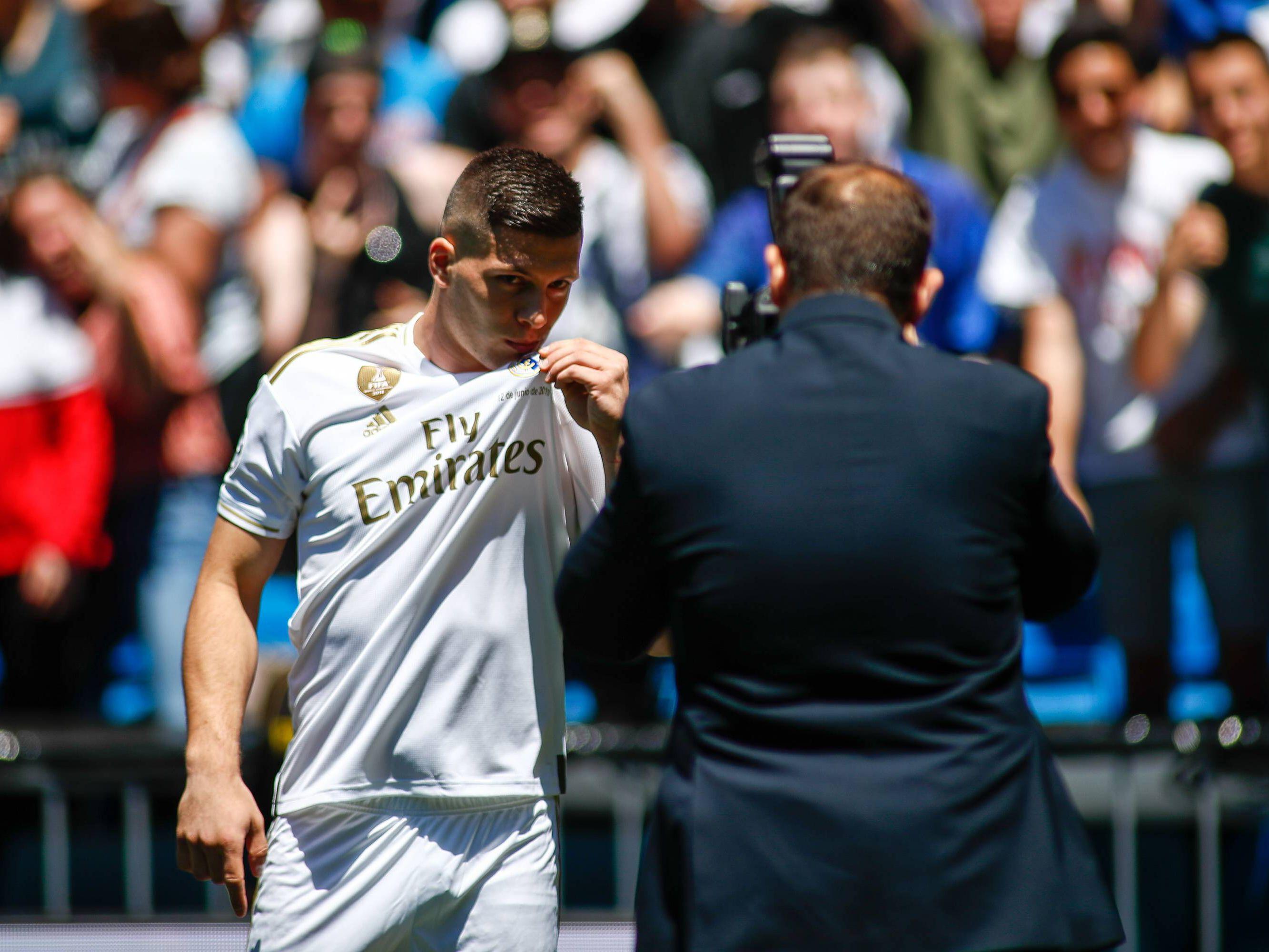 Kuss fürs Wappen: Ab der Saison 2019/20 stürmt Luka Jovic für Real Madrid.