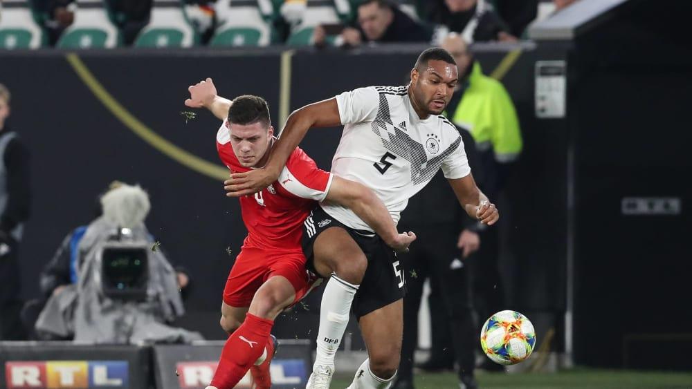 Wie schon im Duell der A-Nationalmannschaften erwarten dieses beiden intensive Duelle: Luka Jovic und Jonathan Tah (r.).