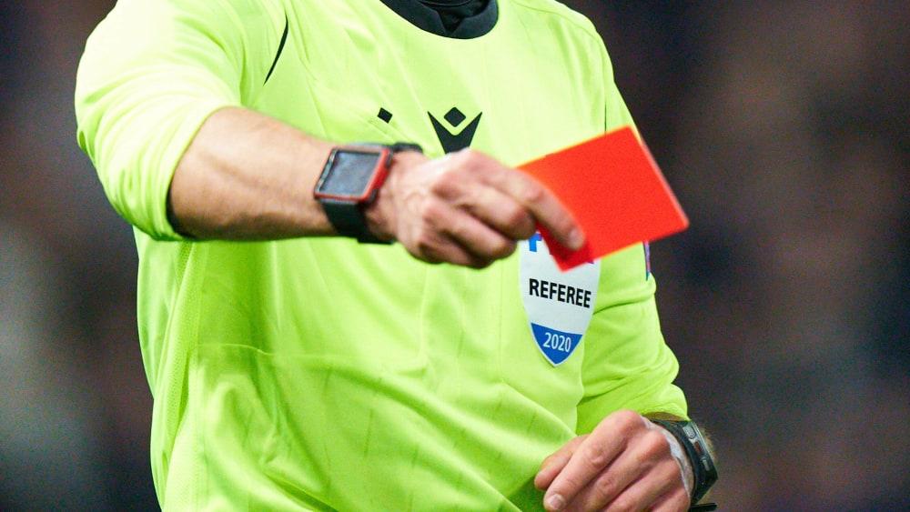 Rote Karte gegen Gewalt: Der Hamburger Fußball-Verband setzt künftig auf härtere Strafen für Beteiligte und Vereine.