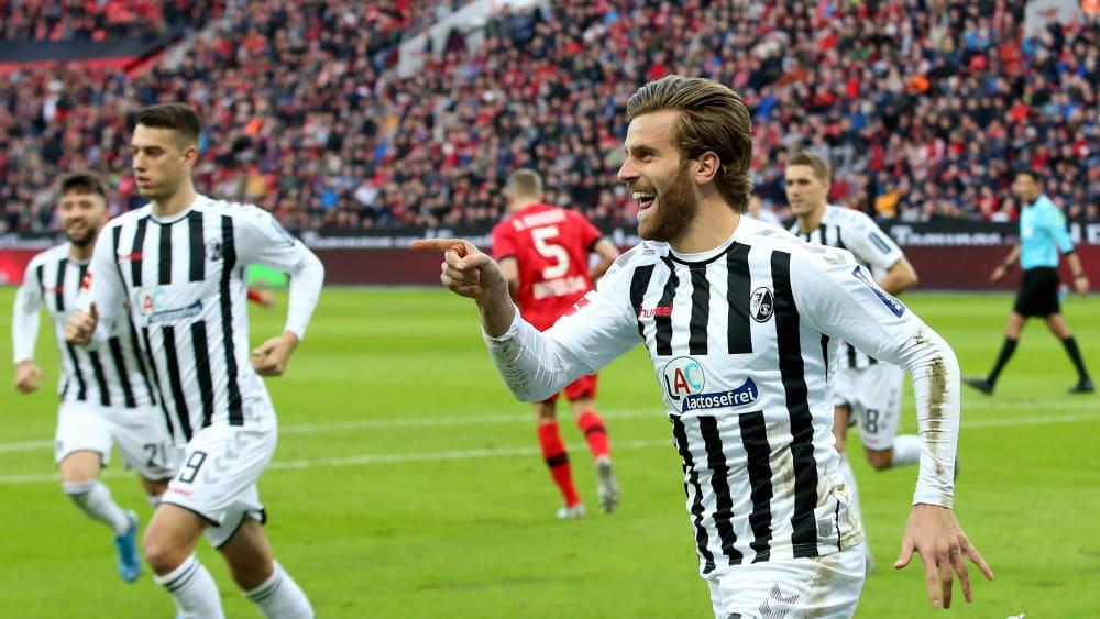 SC Freiburgs Lucas Höler (re.) bejubelt seinen Treffer zum zwischenzeitlichen 1:0 gegen Bayer 04 Leverkusen.