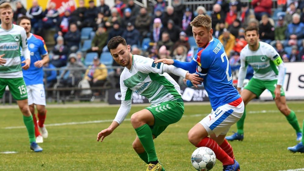 Der Fürther Maximilian Bauer kämpft mit dem Kieler Hauke Wahl (rechts) um den Ball
