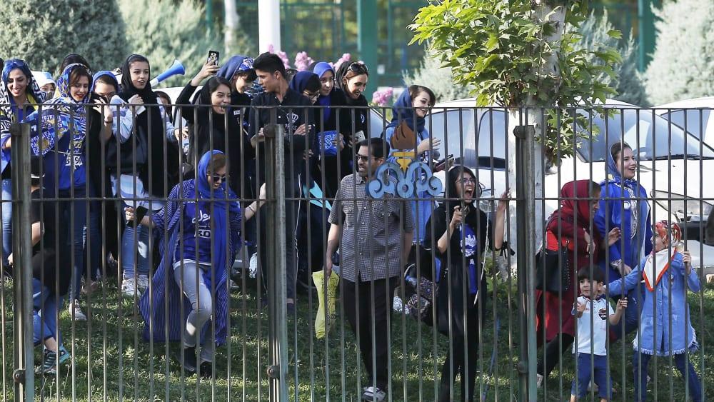 Im Iran nur Zaungäste: Weibliche Fans von Esteghlal.