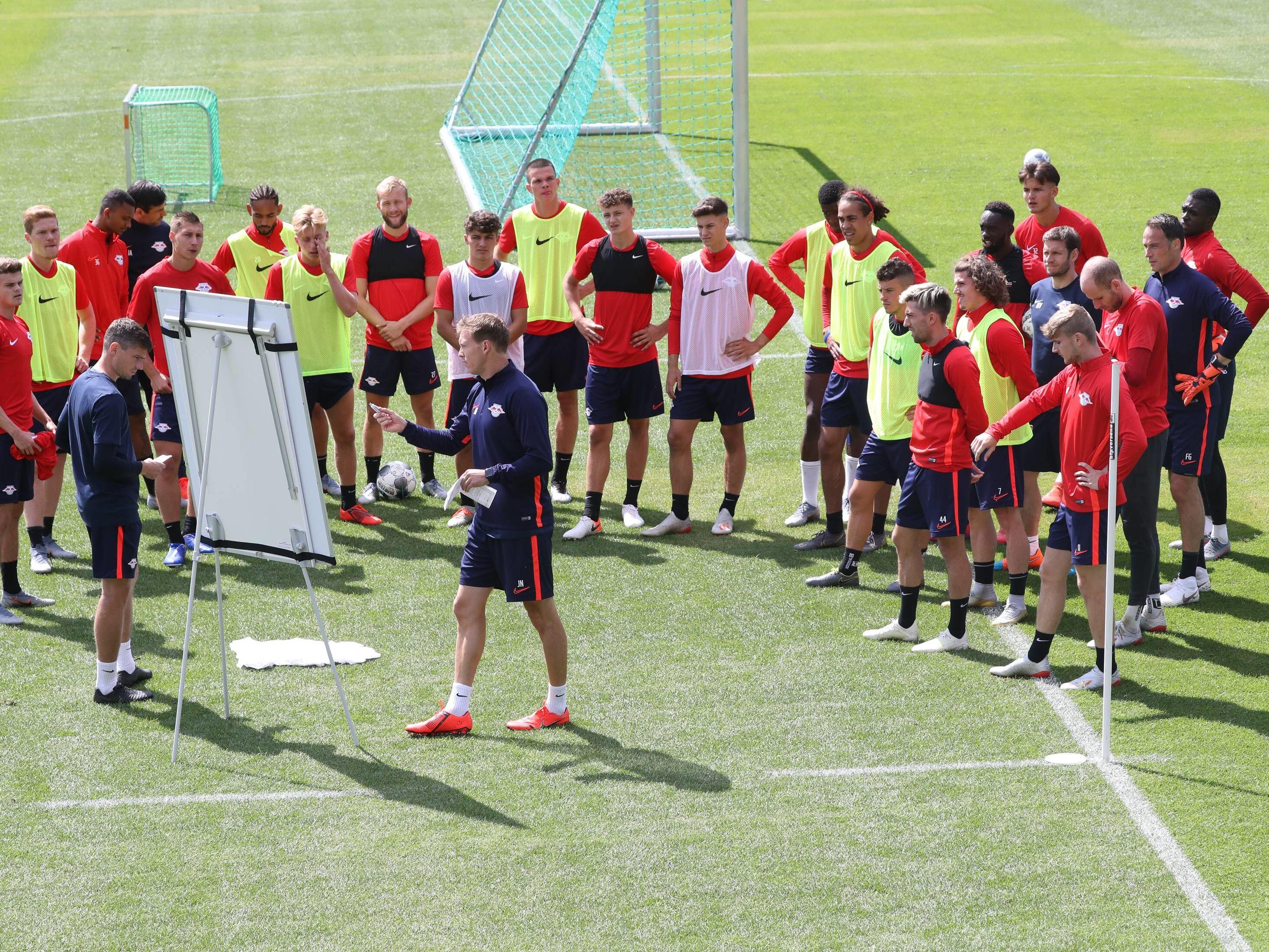 Julian Nagelsmann (Mi.) beim Training