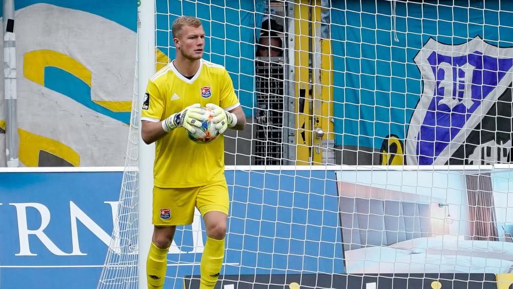 SpVgg Unterhaching-Keeper Nico Mantl hält den Ball fest in seinen Händen.